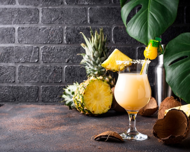 Pina colada. traditionelles karibisches cocktail Premium Fotos
