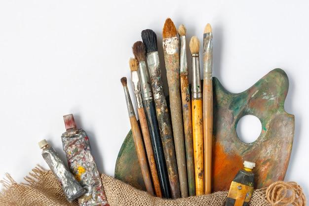 Pinsel, palette und tuben mit farbe Premium Fotos