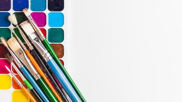 Pinsel und aquarell auf weißem hintergrund Kostenlose Fotos