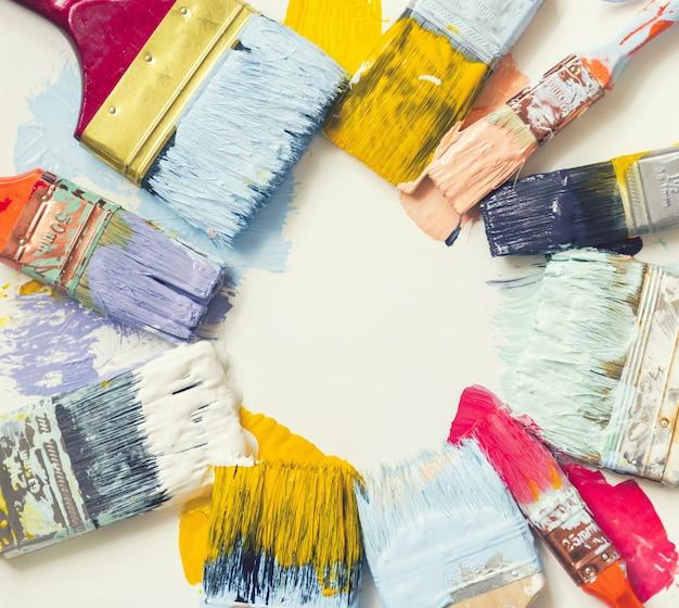 Pinsel und farbe auf dem boden Premium Fotos