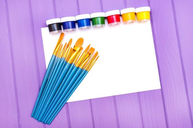 Pinsel und farbe. Premium Fotos