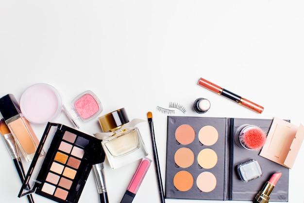 Pinsel und kosmetik isoliert Premium Fotos