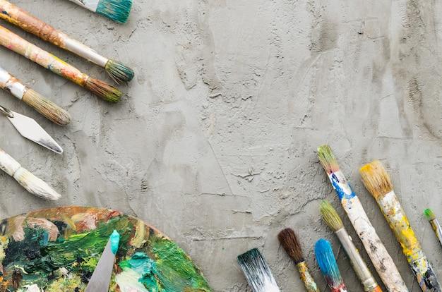 Pinsel und palette von oben Kostenlose Fotos