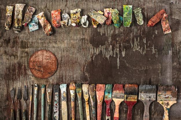 Pinsel und tuben von ölfarben auf holz Kostenlose Fotos