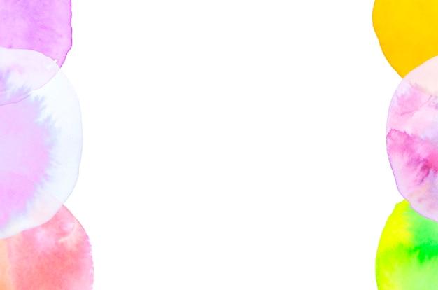 Pinselstrichbogen auf der seite des weißen hintergrundes Kostenlose Fotos