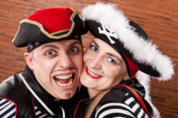Piraten. porträtmann und -frau in den klagen von piraten schließen oben Premium Fotos