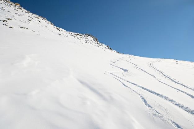Pisten im pulverschnee winter auf den alpen Premium Fotos