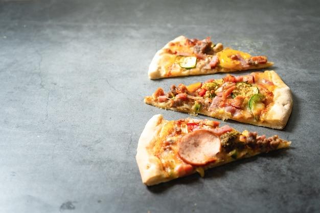 Pizza auf dunklem hintergrund Premium Fotos