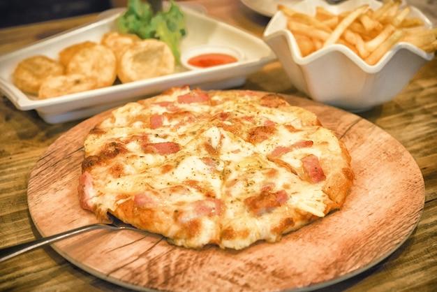 Pizza auf holzplatte gelegt Premium Fotos