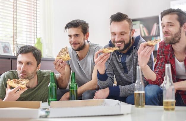 Pizza, bier und bester männlicher begleiter Kostenlose Fotos