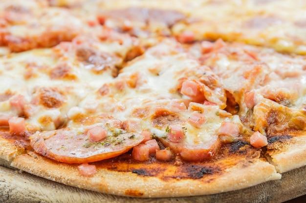Pizza fleisch lover und käse Kostenlose Fotos
