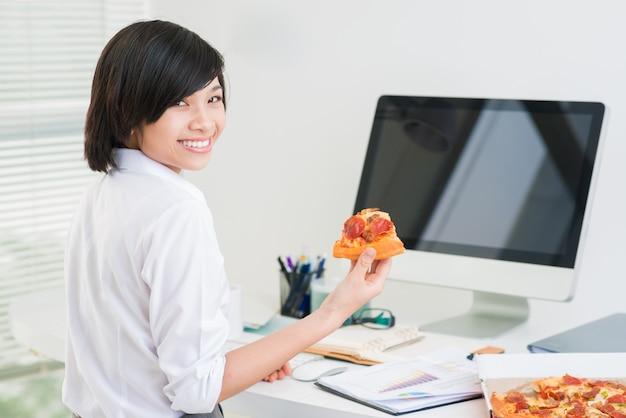 Pizza im büro Premium Fotos
