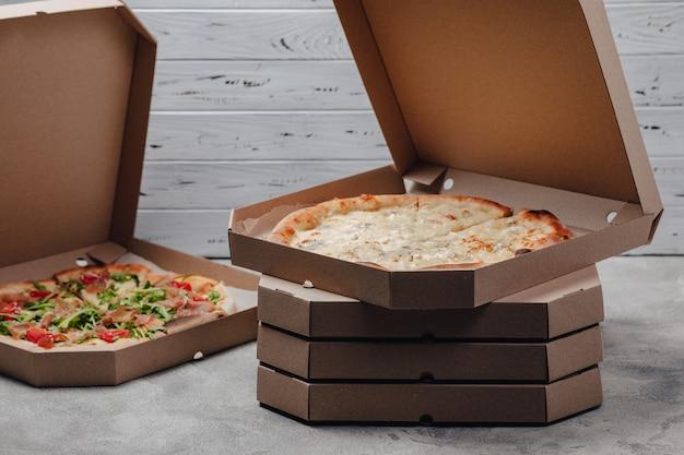 Pizza in packungen, konzept der lebensmittellieferung Kostenlose Fotos
