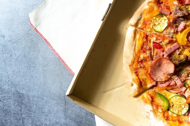 Pizza in papppizzakasten. draufsicht Premium Fotos