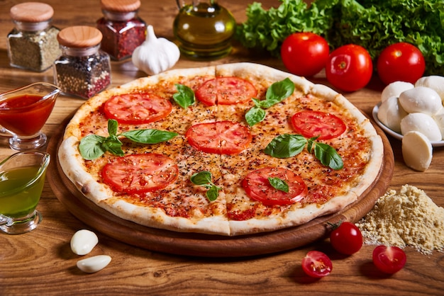 Pizza margarita mit tomatensauce, frischem mozzarella, parmesan und basilikum Premium Fotos