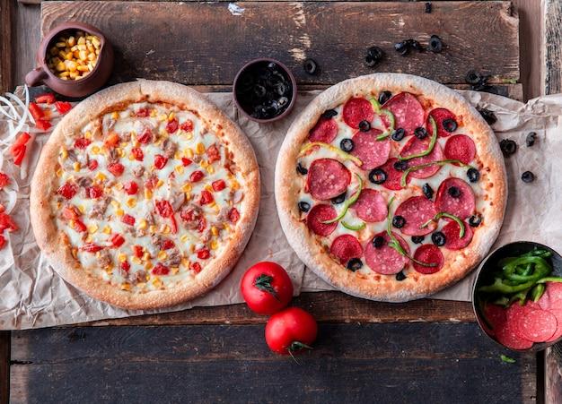 Pizza mit peperoni und hähnchen mit gemischtem gemüse Kostenlose Fotos