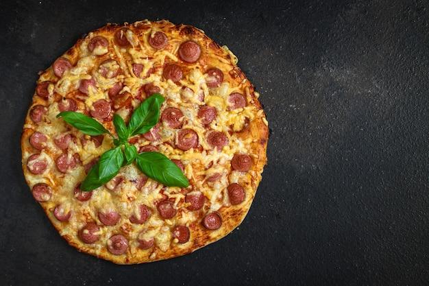 Pizza mit würstchen. Premium Fotos