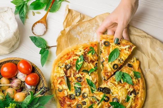 Pizza und hand nah oben über weiß Premium Fotos