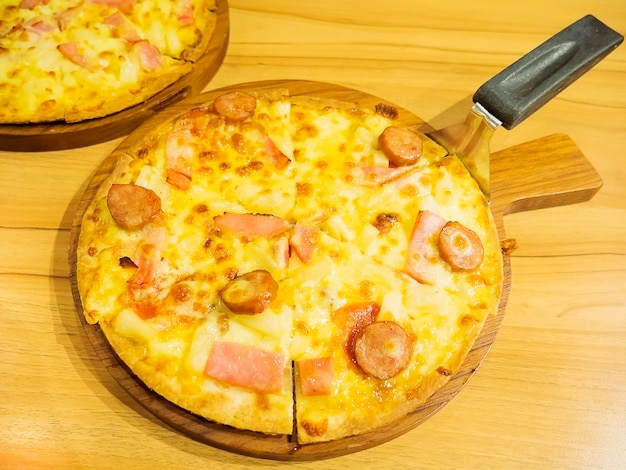 Pizza- und heberlöffel auf hölzernem behälter Kostenlose Fotos