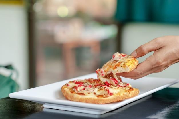 Pizza von hand schneiden schneiden Premium Fotos