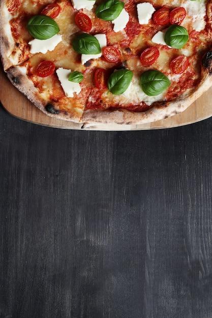 Pizza zeit! leckere hausgemachte traditionelle pizza, italienisches rezept Kostenlose Fotos