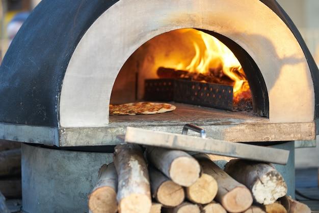 Pizzaofen zum backen heiß mit brennholz für energie Premium Fotos