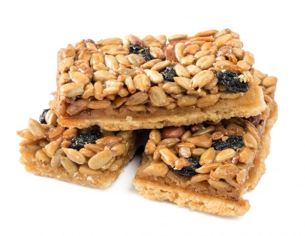 Plätzchen mit erdnüssen, sonnenblumenkernen und getrockneten trauben. Premium Fotos