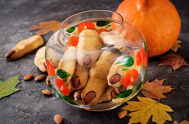 Plätzchenhexefinger, lustiges rezept für halloween-party. Premium Fotos