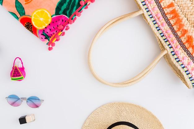 Plan des exotischen strandurlaubs, der auf weißem hintergrund gehört Kostenlose Fotos
