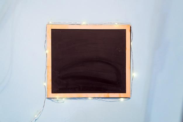 Planen sie kreidebrett-schablonenmenü auf hintergrund des blauen papiers, flache lage mit kopienraum Premium Fotos