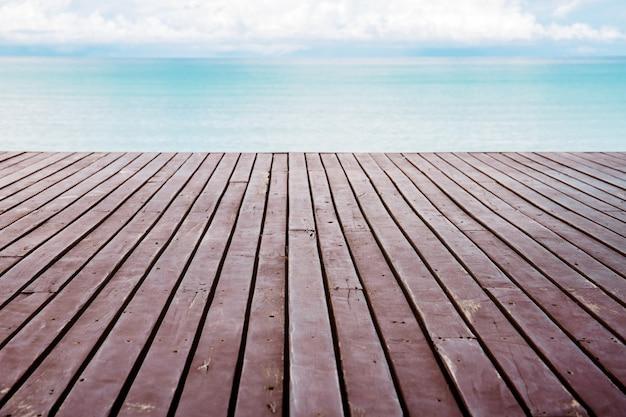Planke in meer mit himmel. Premium Fotos