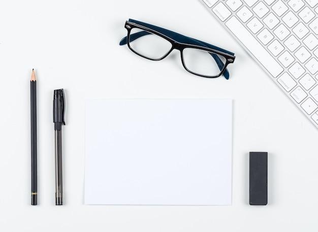 Planungskonzept mit stift, bleistift, radiergummi, brille, papier, tastatur auf weißem hintergrundraum für text, draufsicht. horizontales bild Kostenlose Fotos