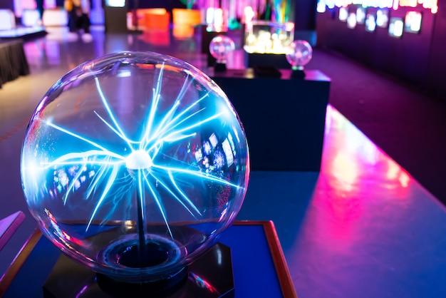 Plasmaball im wissenschaftsmuseum Premium Fotos