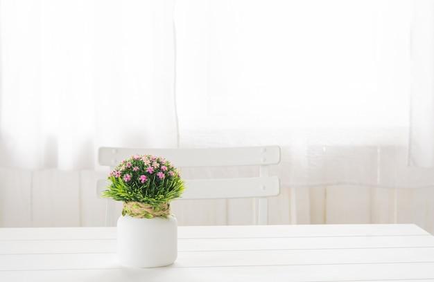 Plastikblumenblumenstrauß in einer flasche Premium Fotos