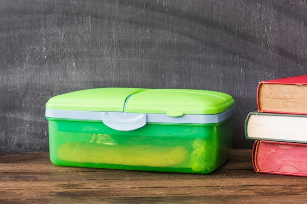 Plastikbrotdose nahe lehrbüchern Kostenlose Fotos