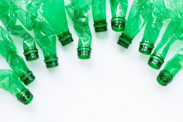 Plastikflaschen auf weiß Premium Fotos