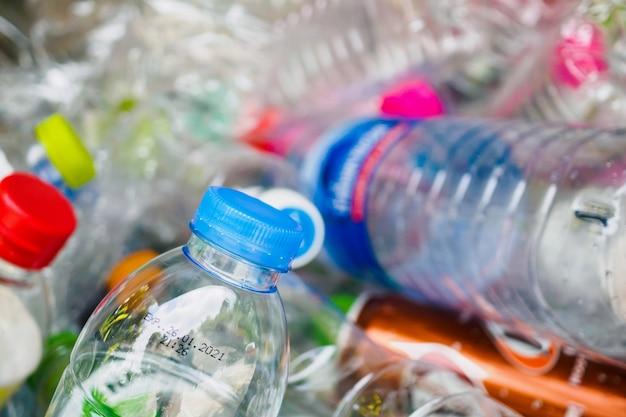 Plastikflaschen in der recycling-müllstation schließen oben Premium Fotos