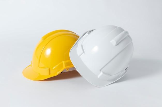 Plastikschutzhelm für ingenieur auf grauem hintergrund. Premium Fotos