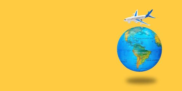 Plastikspielzeugflugzeug auf dem globus. flugreisekonzept. reisen sie mit dem flugzeug. start und landung des flugzeugs. rückkehr vom flug nach hause. langes breites banner mit kopierraum Premium Fotos
