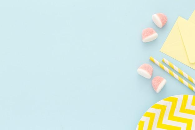 Plastikteller mit süßigkeiten auf dem tisch Premium Fotos