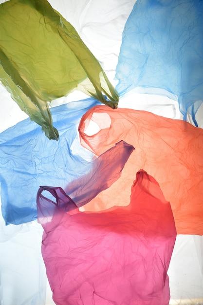Plastiktüten in gebrauchten und transparenten farben Premium Fotos