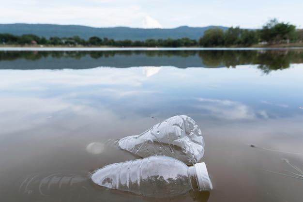 Plastikwasserflaschenverschmutzung im fluss. plastikmüll im wasser. umweltverschmutzung . Premium Fotos