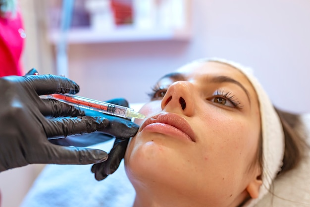 Plastischer chirurgieabschluß des schönheits-frauengesichtes herauf porträt. weibliches mädchen modell. Premium Fotos