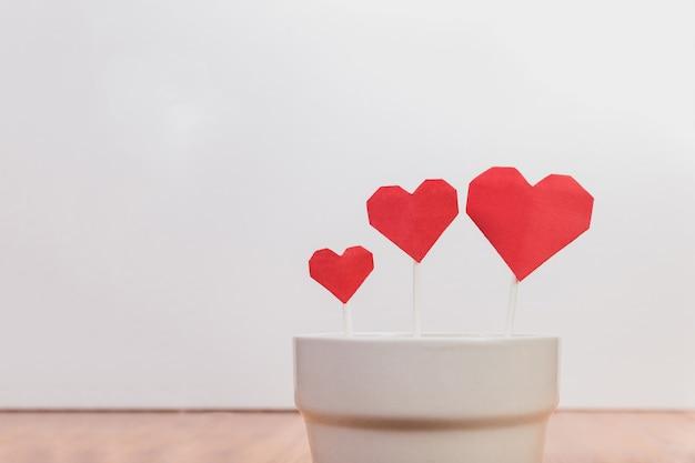 Plato con forma de corazón con cubiertos Kostenlose Fotos