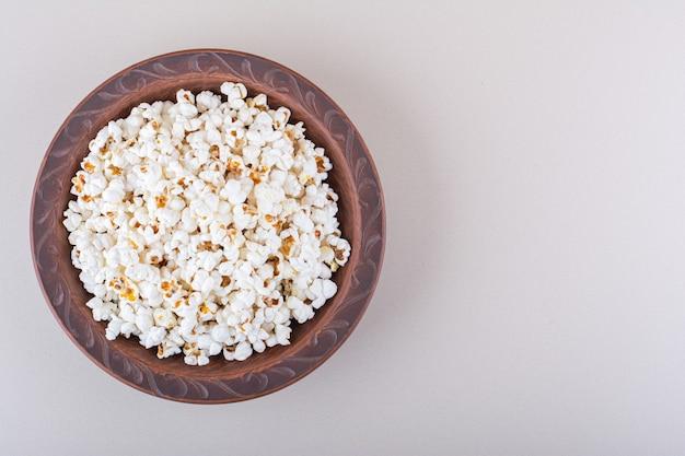 Platte des gesalzenen popcorns für filmnacht auf weißem hintergrund. hochwertiges foto Kostenlose Fotos