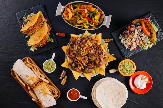 Platte mit nachos inmitten mexikanisches essen Kostenlose Fotos