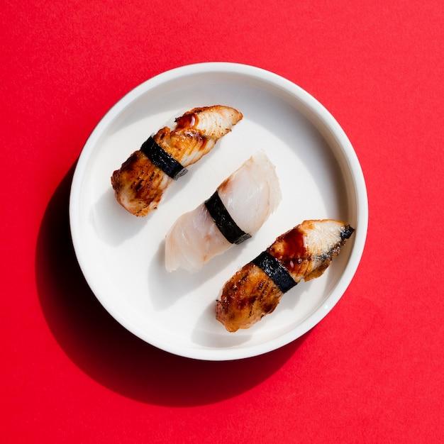 Platte von sushi auf einem roten hintergrund Kostenlose Fotos