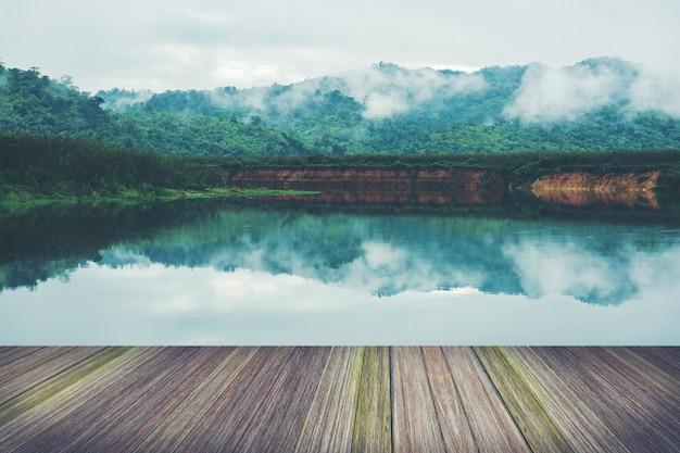 Plattform neben see, tropische regenwälder in thailand Premium Fotos