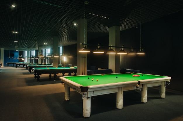 Platzieren von snooker-bällen auf einem grünen billardtisch. Premium Fotos