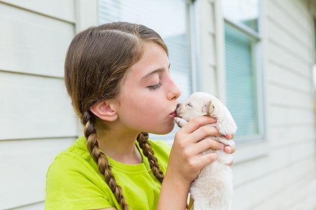 Playingkissing welpe chihuahua-schoßhund des mädchens Premium Fotos